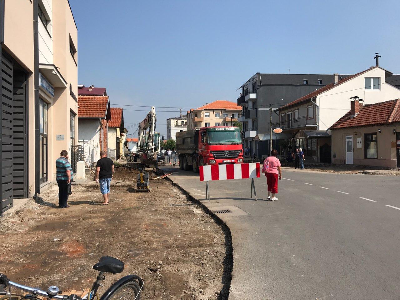 Photo of Počelo uređenje trotoara u Ulici Vuka Pantelića. Radiće se pešačke i biciklističke staze, regulisati parkiranje