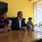 Mladi i talentovani fudbaler Radničkog Veljko Živković i trener Miloš Nikolić na kampu Mančester Junajteda