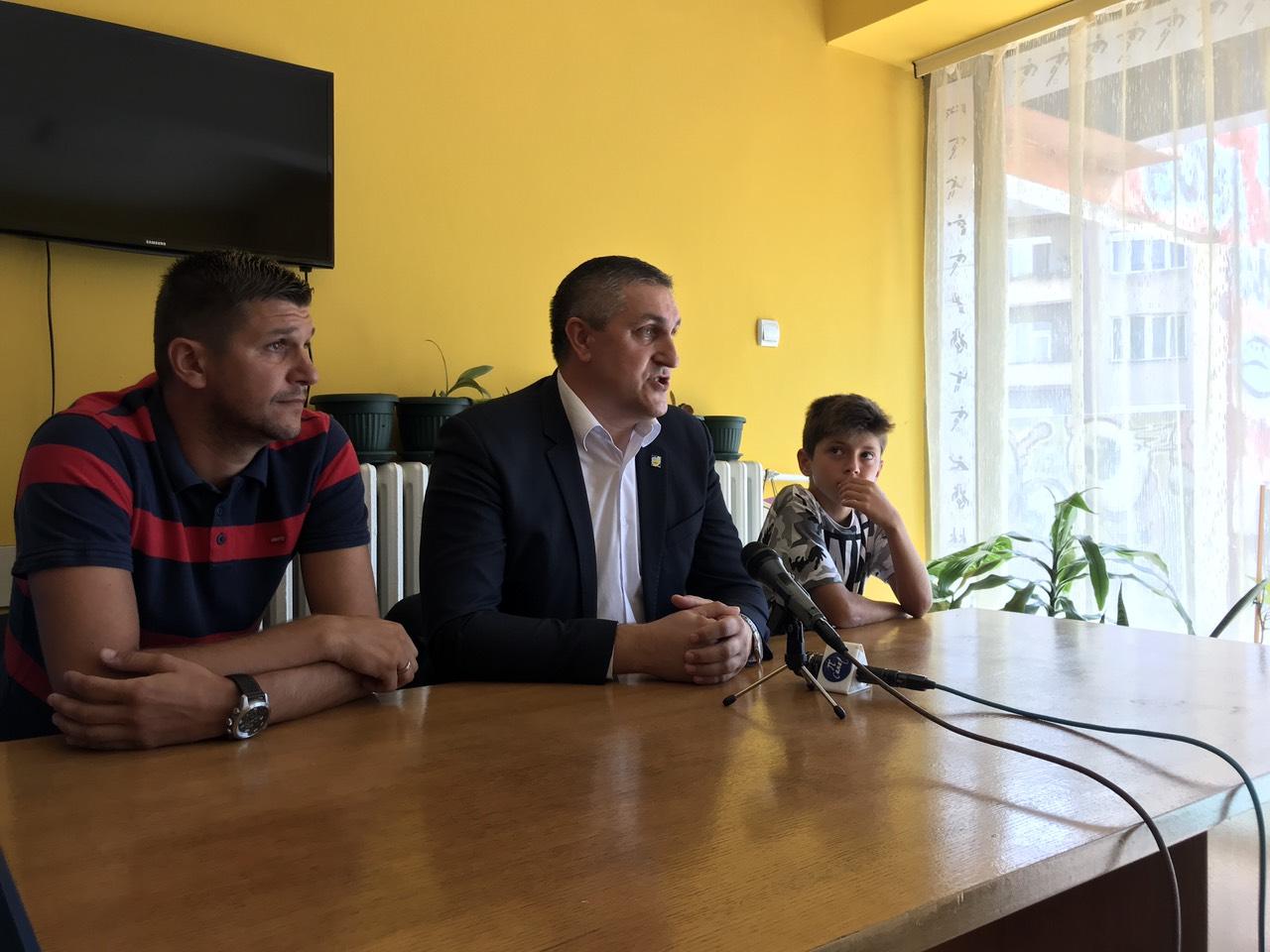 Photo of Mladi i talentovani fudbaler Radničkog Veljko Živković i trener Miloš Nikolić na kampu Mančester Junajteda