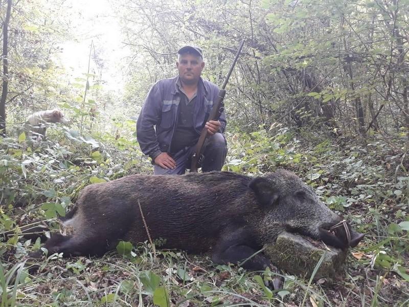 Photo of Lovac Dejan Antić sa svojom družinom uspešno štiti staroplaninske njive od divljih svinja