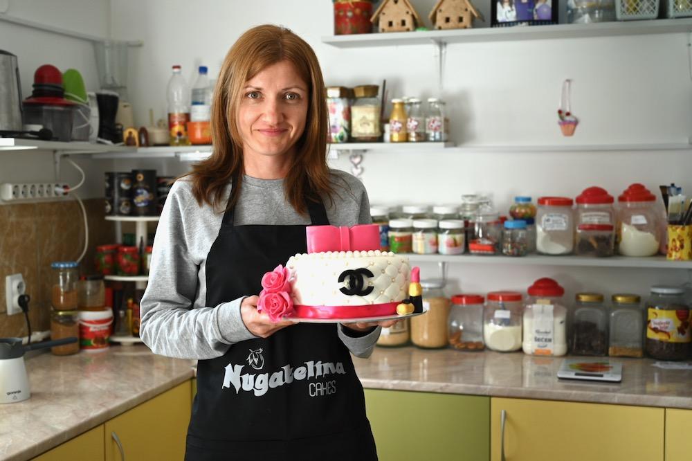 """Photo of Piroćanka Ivana Kostić ostvarila svoj san – napravila svoje malo carstvo torti i kolača – """"Nugatelina"""""""