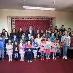 Mališani u kabinetu gradonačelnika povodom Dečje nedelje