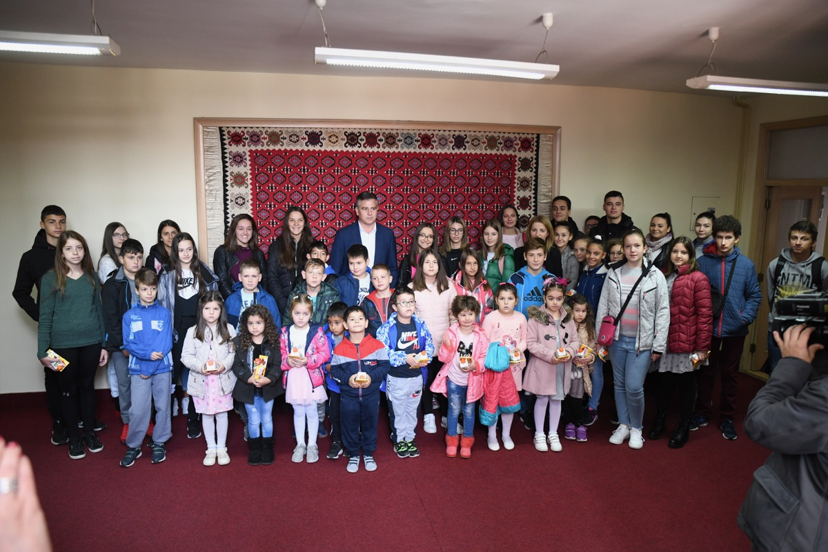 Photo of Mališani u kabinetu gradonačelnika povodom Dečje nedelje