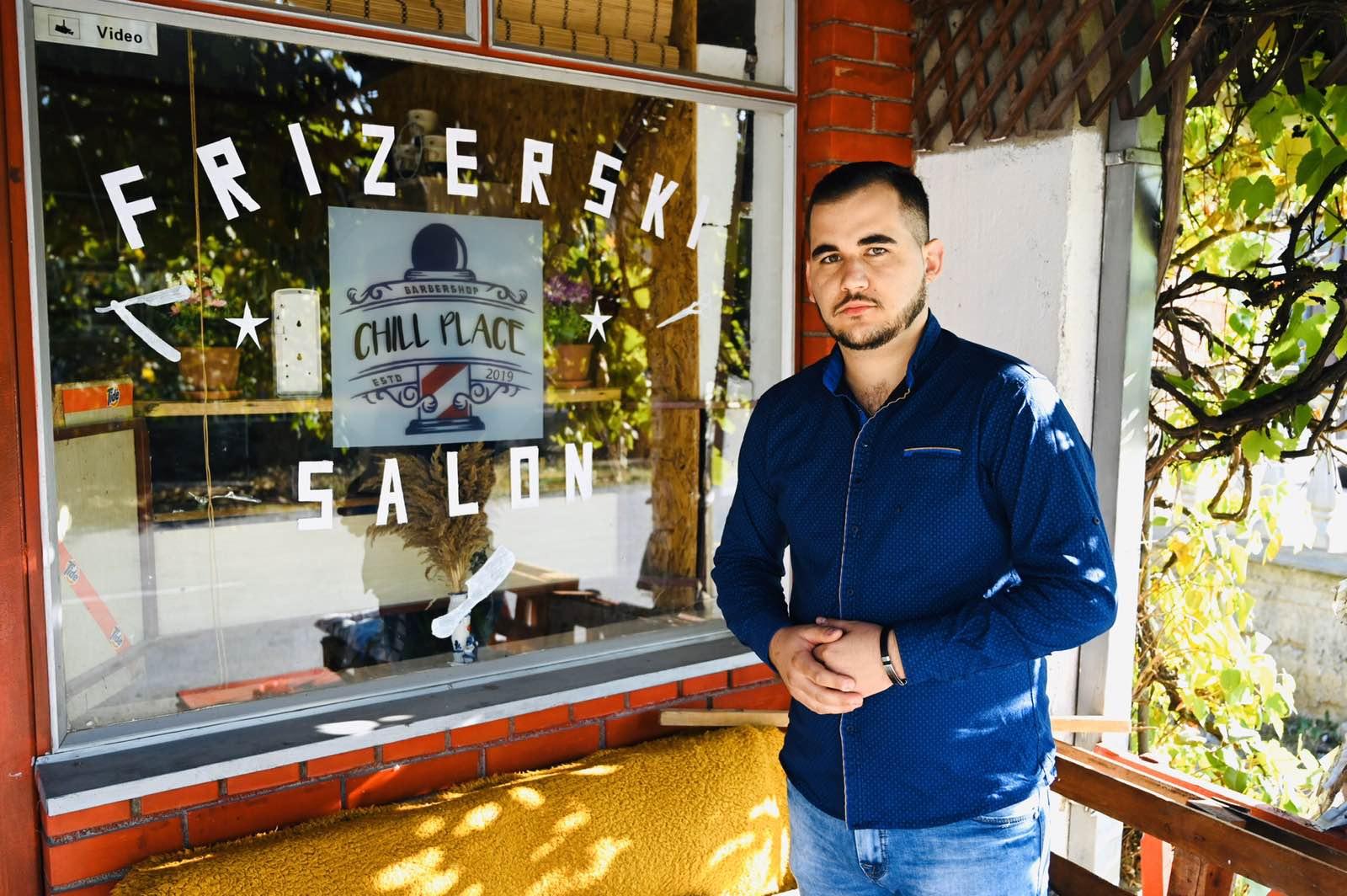 """Photo of Zahvaljujući pomoći NSZ i Grada Nemanja Stojčev ostvario svoj san – otvorio prvi frizerski salon u Poljskoj Ržani """"Chill place"""""""