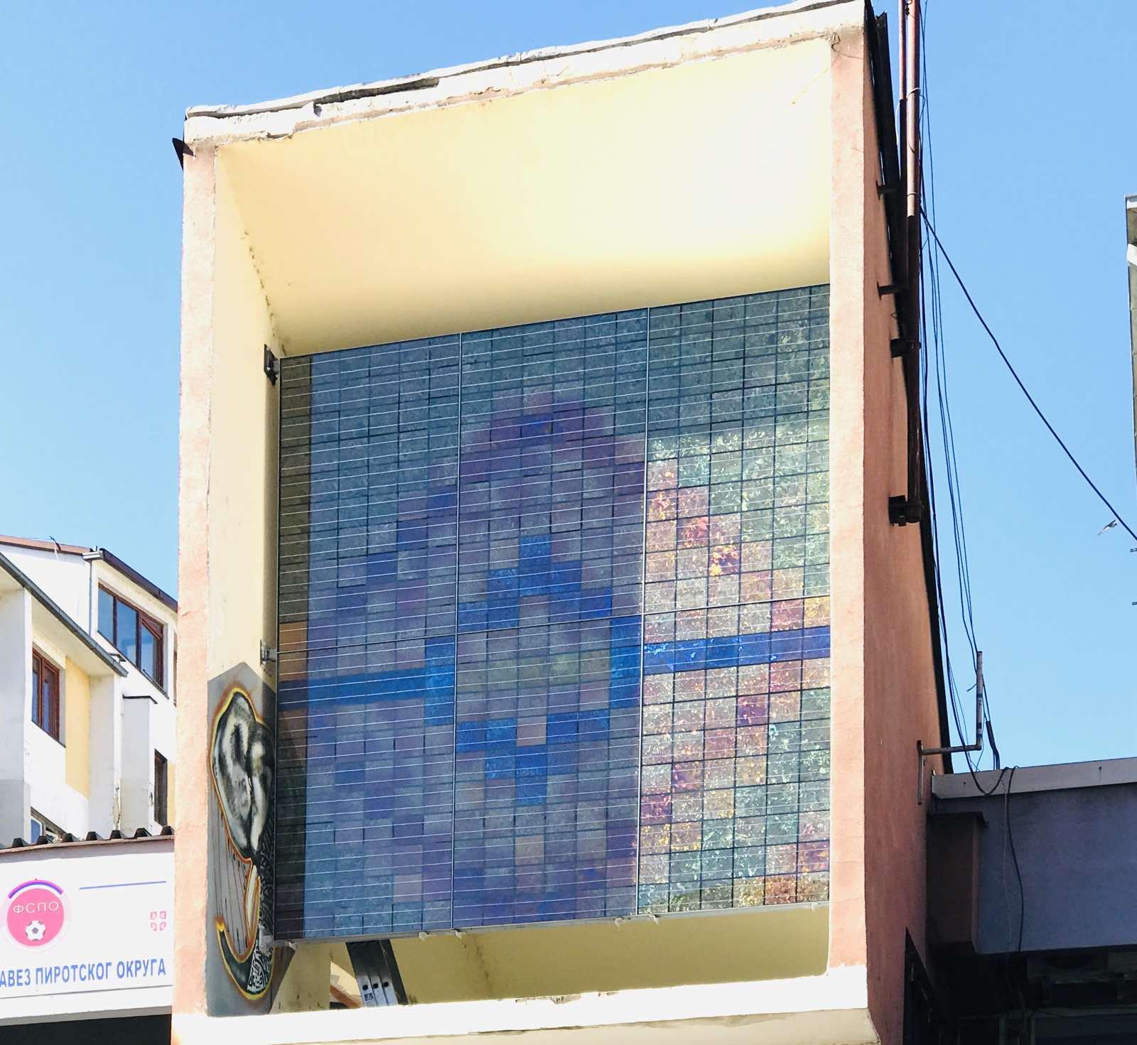 Photo of Solarni ćilim na Crvenom trgu – dar umetnika Dušana Rodića Pirotu