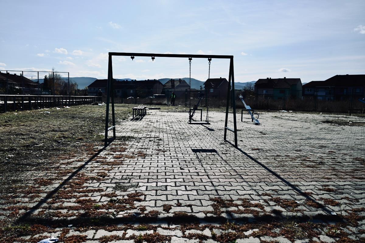 Photo of Vandali za tri godine gotovo demolirali veliko igralište u naselju Tanasko Rajić. Grad Pirot i Regionalna deponija ga ponovo uređuju
