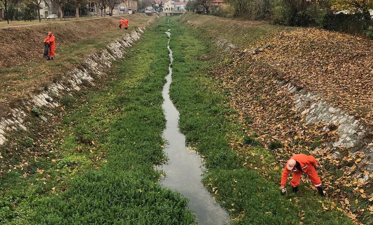 Photo of Iz Gradašničke reke tokom akcije čišćenja korita izvađene korpe za otpatke, kante, plastična ambalaža…