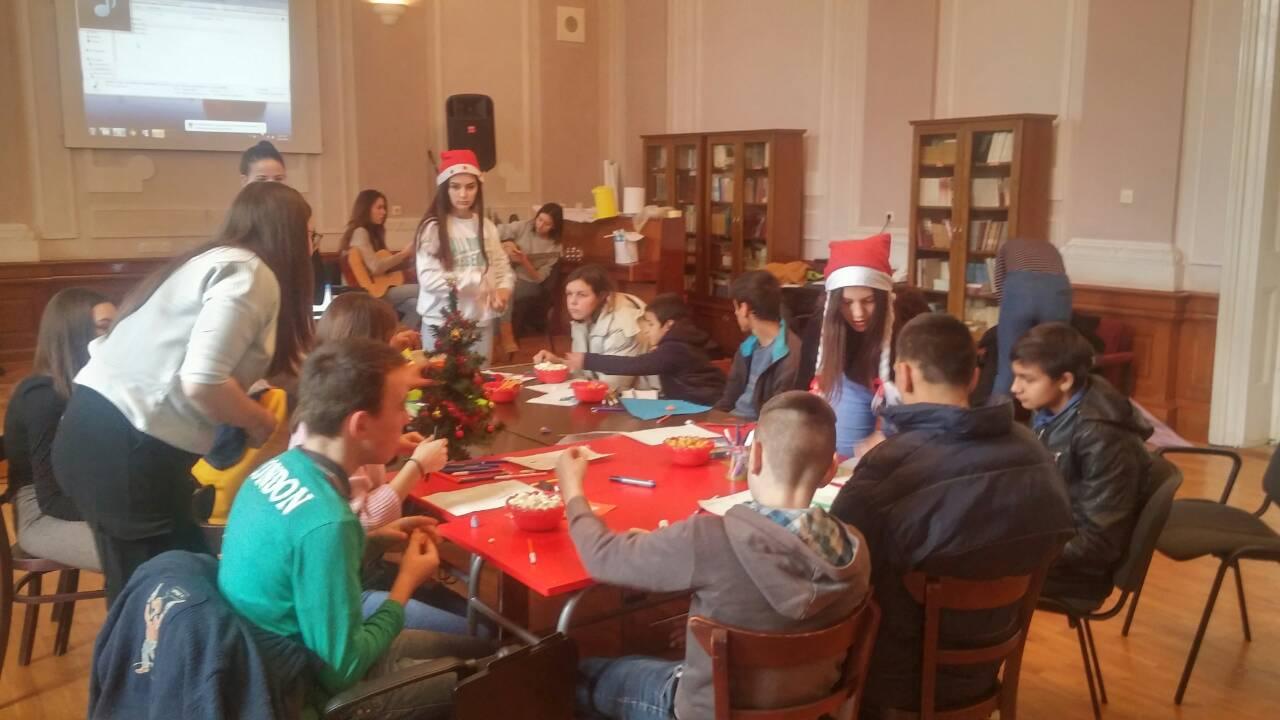 Photo of Humani pirotski gimnazijalci ugroženim mališanima iz škole u Strelcu darivali novogodišnje paketiće