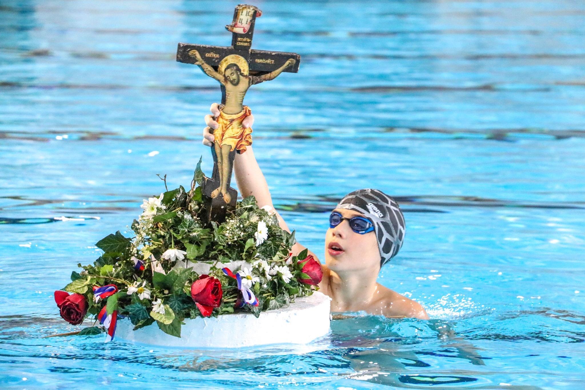 Photo of Za Časni krst plivali i mališani u Zatvorenom bazenu