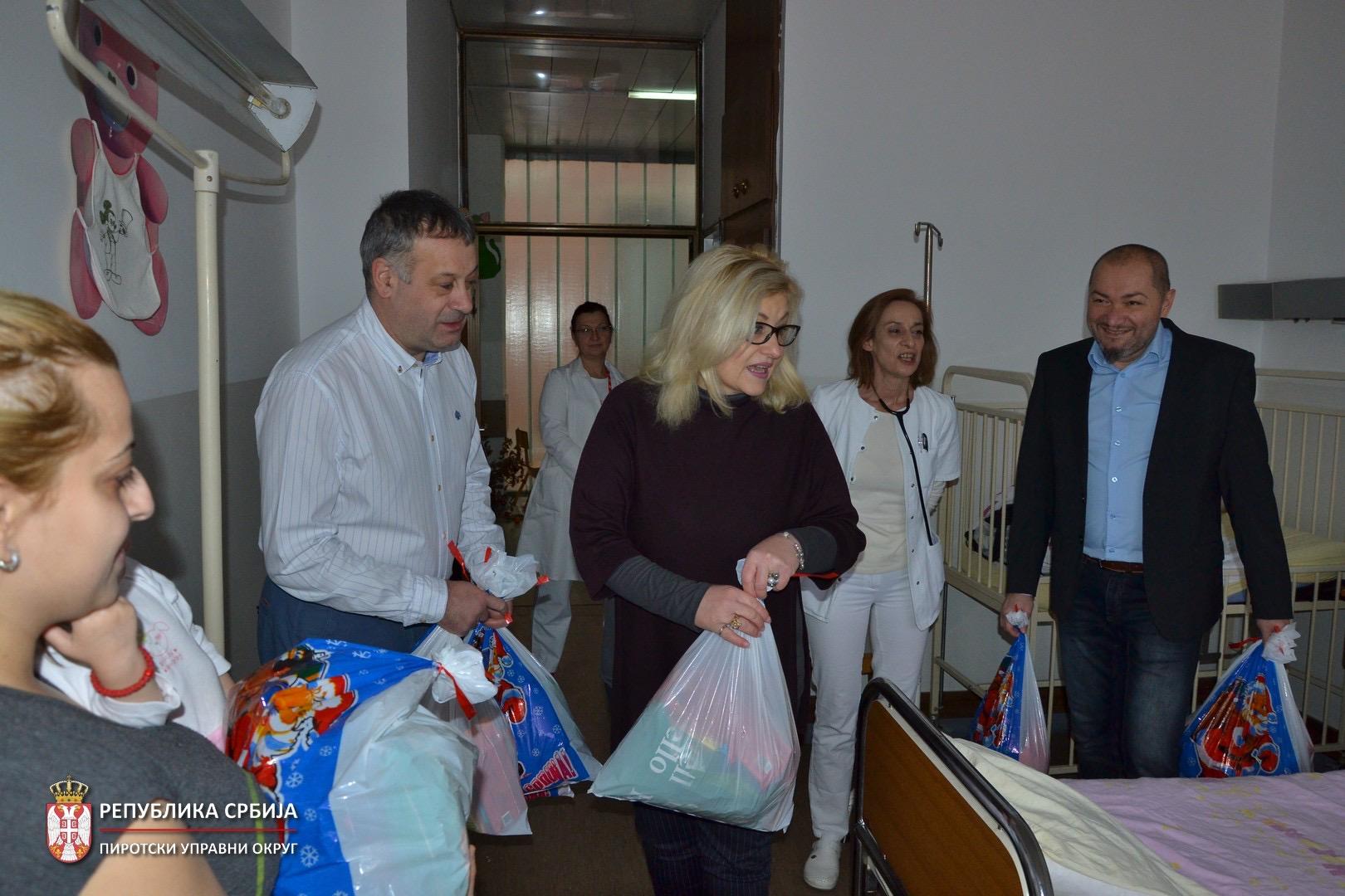 Photo of Božićno darivanje – paketići mališanima koji se leče na Dečjem odeljenju Bolnice