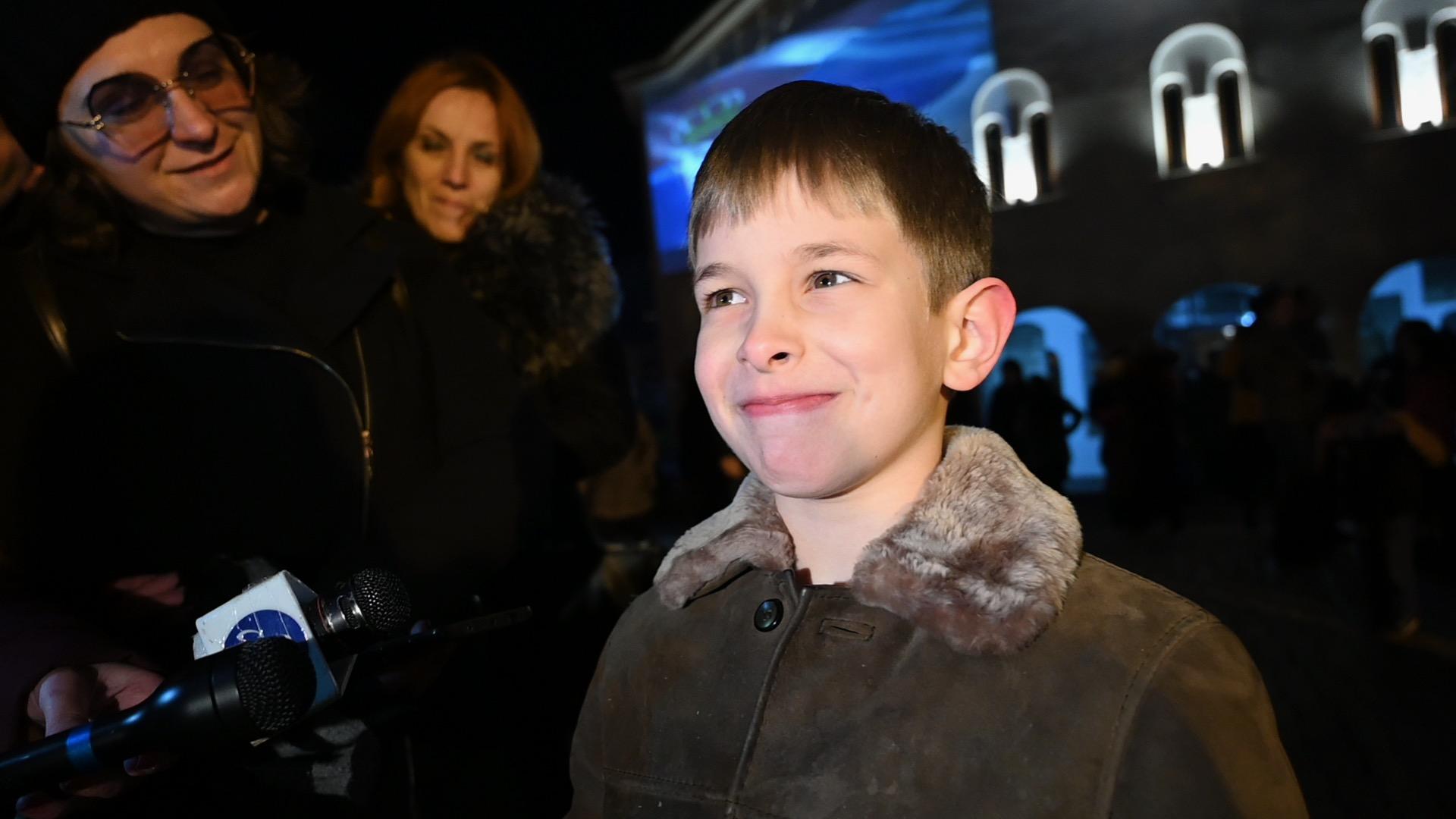 Photo of Sedmogodišnjem Sergeju Stanimiroviću pripao zlatnik iz česnice. Sergej svim sunarodnicima poželeo da žive dugo i srećno