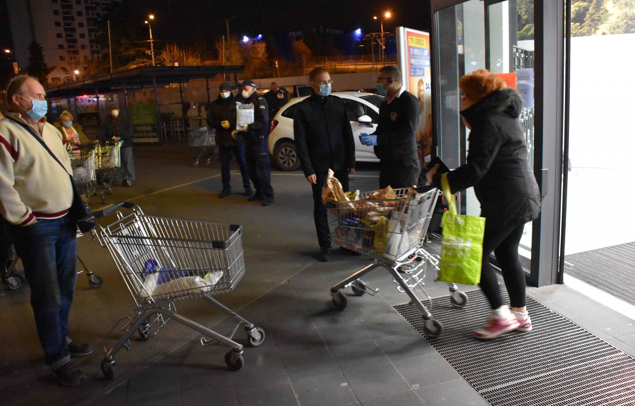 Photo of Policija i volonteri širom Srbije jutros pomagali penzionerima da obave kupovine u marketima