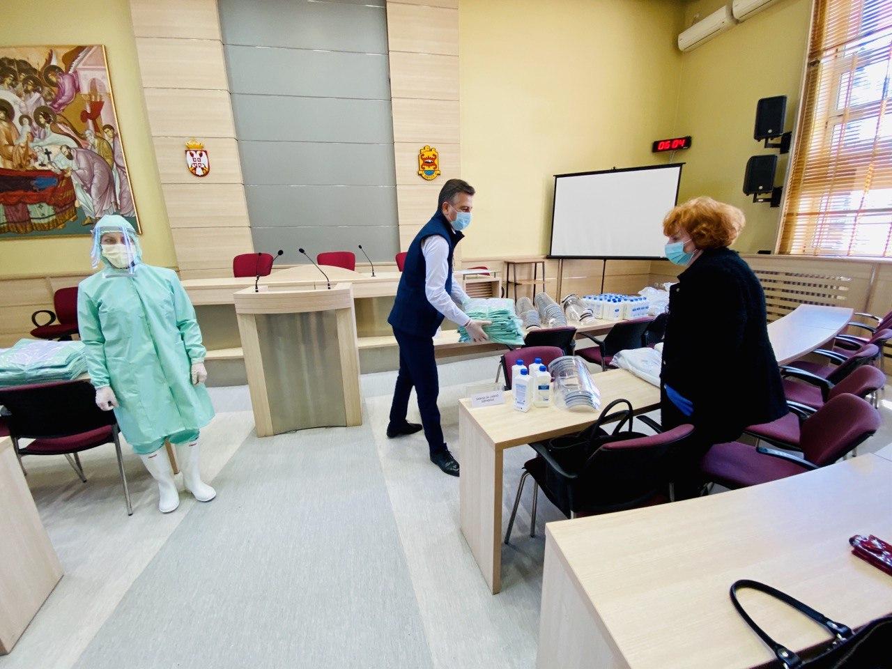 Photo of Štab za vanredne situacije: Podela zaštitne opreme pirotskim medicinarima. Pripremaju se paketi za stare i ugrožene