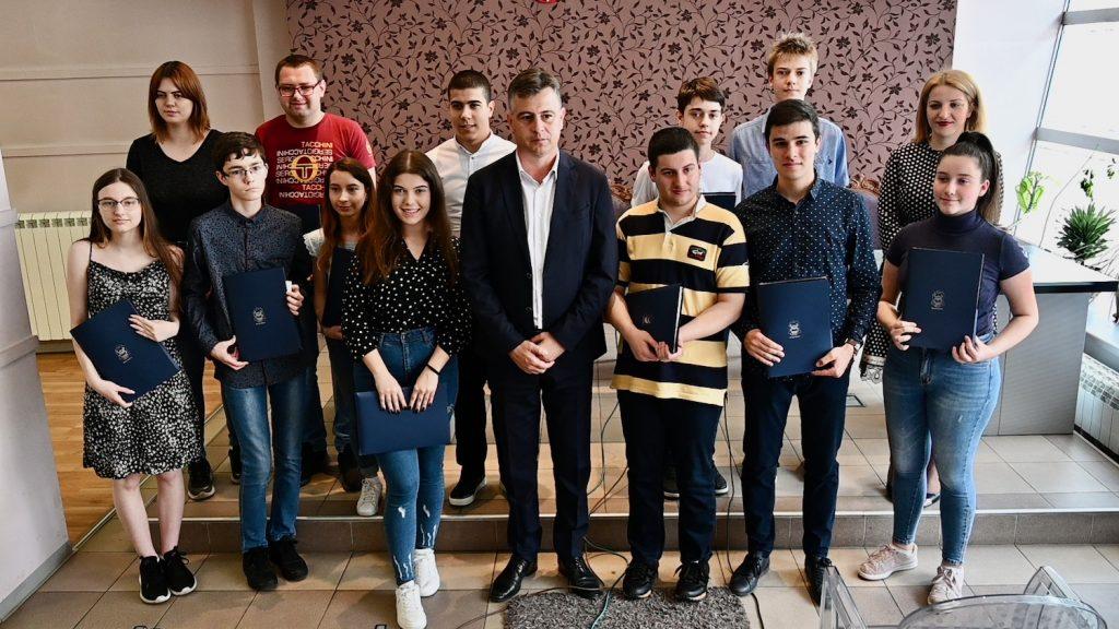 Novčane nagrade učenicima generacija pirotskih škola