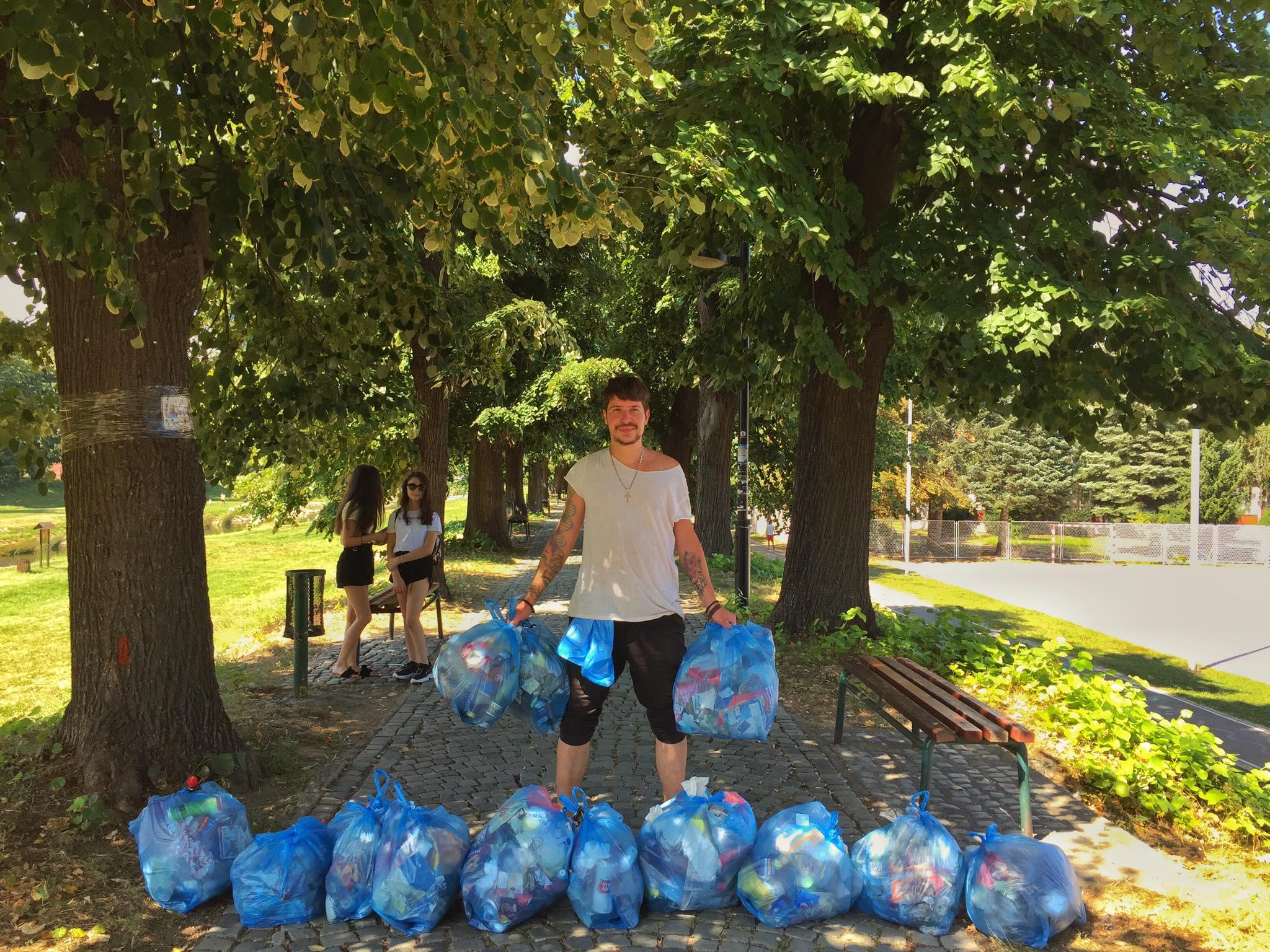 vid marjanović prikuplja smeće na keju
