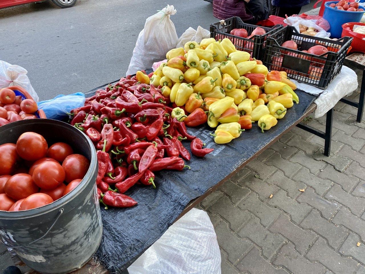 bogata ponuda pirotska zelena pijaca, paprike, paradajz, ajvar