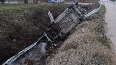 Photo of Auto probio zaštitnu ogradu i sleteo u kanal kod hladnjače