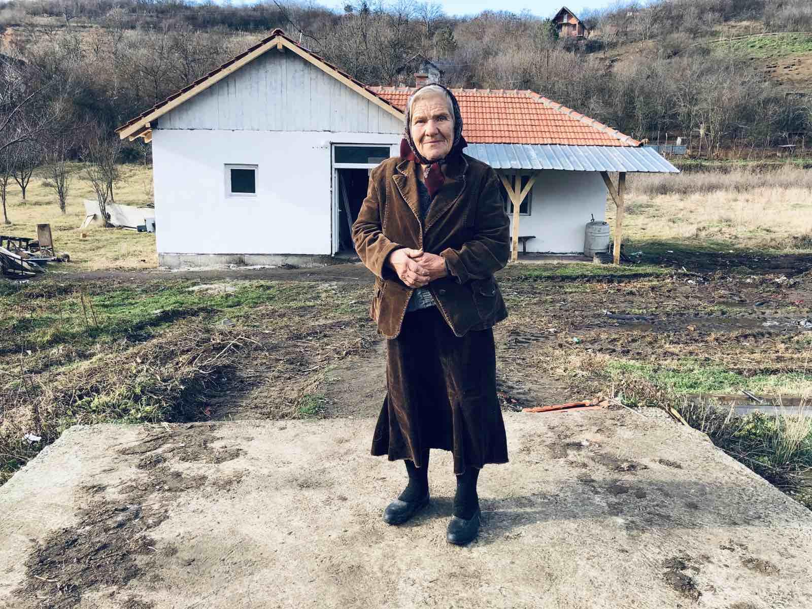 baka jelka ispred nove kuće