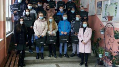 Photo of Srednja stručna škola: Predstavnici kompanije Tigar tajers uručili poklone učenicima prvog razreda zanimanja tehničar za polimere
