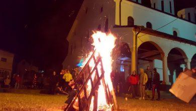 Photo of Paljenjem badnjaka i bdenijem u Tijabarskoj crkvi obeleženo Badnje veče