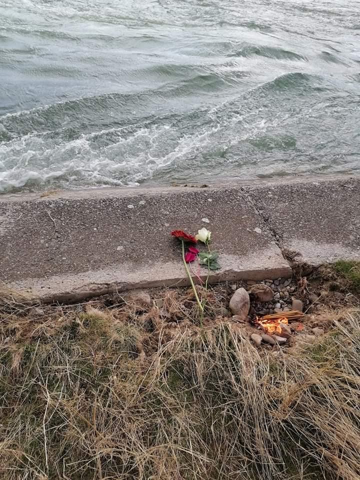 cveće i sveće na mestu nesreće