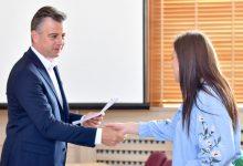 Photo of Gradonačelnik Pirota, Vladan Vasić, uručio ugovore o novčanoj pomoći volonterima za nesebično zalaganje u vreme pandemije