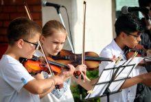 """Photo of Svetski dan muzike: Učenici i profesori Muzičke škole """"Dr Dragutin Gostuški"""" održali koncert na otvorenom"""