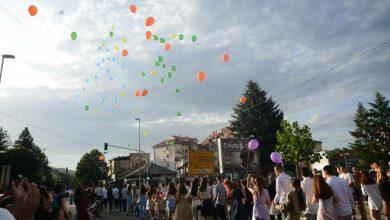 """Photo of Centrom grada, uz ovacije, defilovali i maturanti OŠ """"8. septembar"""""""