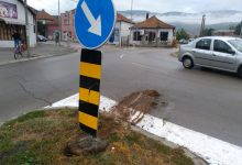 Photo of Kružni tok kod Malog mosta: Bahati vozač iščupao znak!
