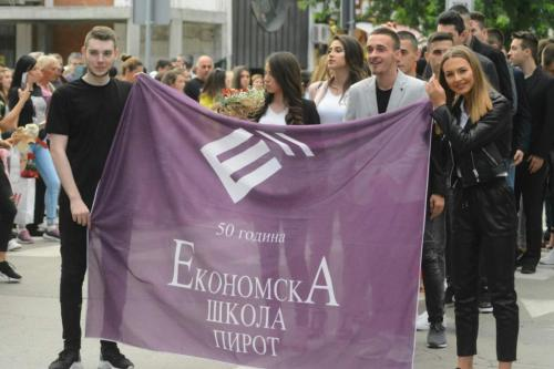 Maturanti Ekonomske škole defilovali centrom grada